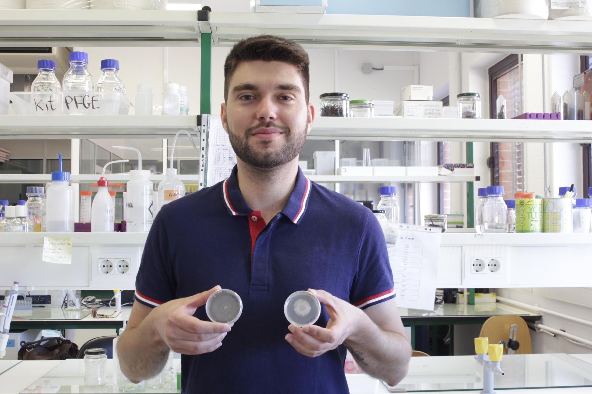 Micael Gonçalves sostiene dos platos de Petri con hongos marinos.