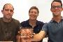 Os investigadores Luís Moutinho, João Veloso e Filipe Castro que segura um dos componentes do dosímetro