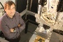 O investigador Ricardo Sousa e a máquina de estampagem incremental