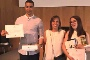 Paulo Castro e Stefanie Costa, acompanhados pela professora da UA Teresa Franqueira (no meio) receberam o 1º Prémio do GlassBerries Design Awards