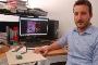 O investigador Ricardo Gonçalves e o protótipo do pavimento cerâmico inteligente