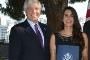 Robert Sherman, embaixador dos EUA em Portugal, entrega a Bárbara Cartagena Matos a Bolsa Fulbright