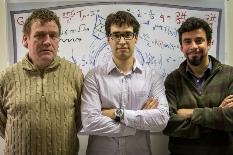 Os investigadores Eugen Radu, Pedro Cunha e Carlos Herdeiro