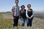 Os investigadores Artur Alves, Isabel Henriques e Cátia Fidalgo numa área com gramata-branca