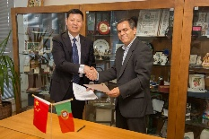 the President of that Institute, Prof. Dr. Zhu Shizhong, and Vice-Rector of the University of Aveiro, Professor Artur Silva. signing the agreement